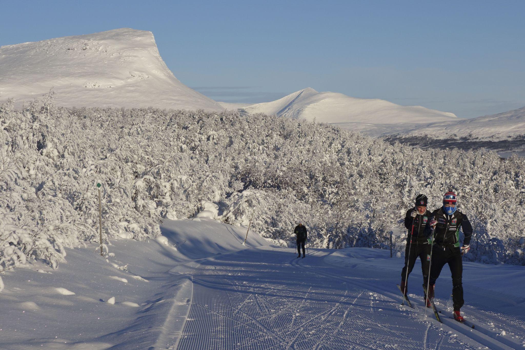 Många norska skidklubbar, svenska skidklubbar, elitåkare, landslaget, Niklas Dyrhaug, Charlotte Kalla med flera är på skidläger i Bruksvallarna just nu.