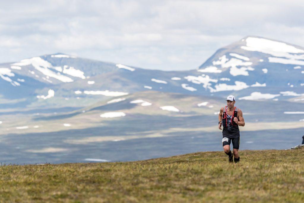 Löpare på fjället med Helags i bakgrunden Ramundberget Trail