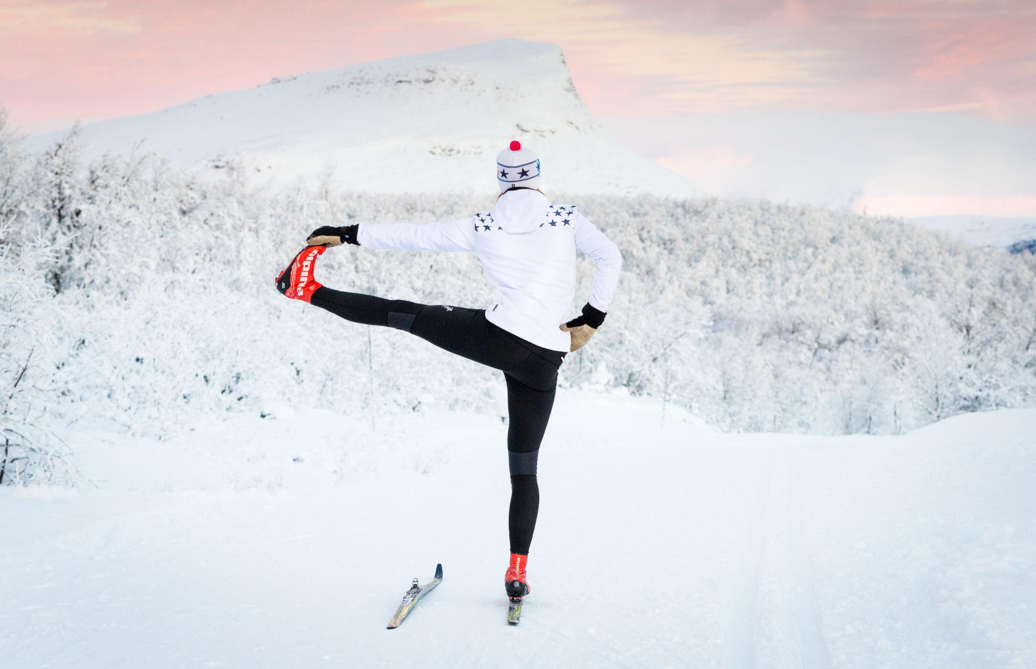 Skid- & Yogaläger, Mikaelas Skidskola gör yoga framför Mittåkläppen med längdskidor